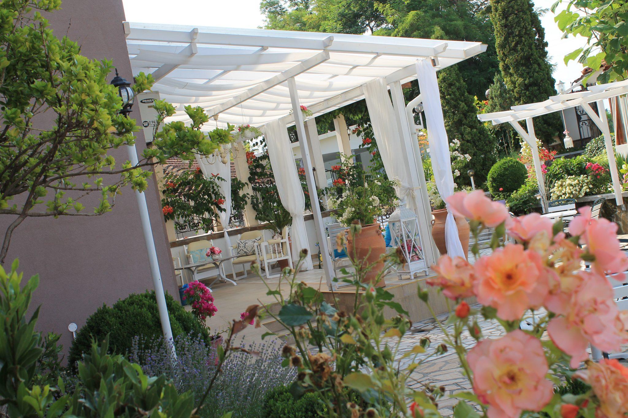 комплекс барото градина с цветя